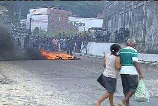 Moradores fazem protesto no acesso da entrada do Parque dos Faróis - Moradores fazem protesto no acesso da entrada do Parque dos Faróis
