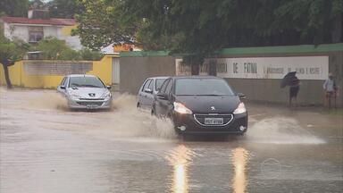 Chuva provoca alagamentos e complica trânsito em vários pontos do Grande Recife - Na BR-101 Sul, motoristas enfrentaram engarrafamentos durante toda a manhã.