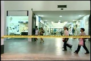 Mulher é atingida por reboco que caiu do 10º andar no Centro Histórico - Área foi interditada pela Defesa Civil de Petrópolis, no RJ.Ônibus estão impedidos de parar no local, que é ponto.