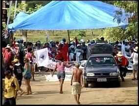 Manifestantes param estrada de ferro Vitória a Minas em Aimorés - Cerca de 200 pessoas ligadas ao movimento dos atingidos por barragens, MST e da Via Campesina participam da manifestação.