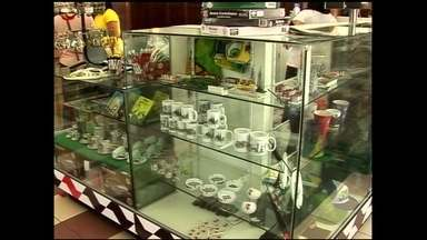 Quiosque no centro de São Paulo vende suvenires da cidade - Conheça a empresária que aproveitou o grande fluxo de turistas em São Paulo e começou a vender lembranças da cidade.