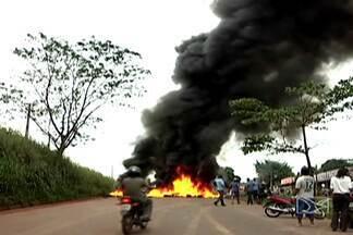 Acidente com morte levou moradores a interditaram a BR-222, em Açailândia - Um acidente com morte levou moradores a interditaram a BR-222, em Açailândia. Eles reclamam da insegurança no local.