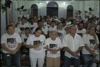 Familiares de Franscisco Ricardo participam da missa de um mês de sua morte - Pedreiro morreu após ter sido espancado no Bairro Maraponga, em Fortaleza.