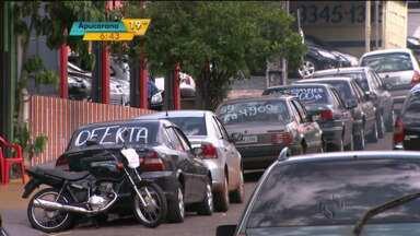 Comerciantes usam rua como vitrine em Londrina - Em alguns pontos da cidade é difícil encontrar vaga para estacionar.