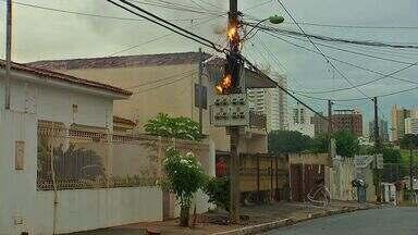 Transformador de energia pega fogo em bairro de Cuiabá - Um transformador de energia pegou fogo em um bairro de Cuiabá.