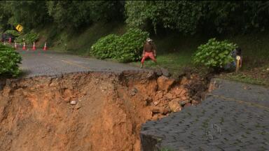 Excesso de chuva interdita Estrada da Graciosa - Houve desmoronamento de parte da estrada. Acesso a Morretes e Antonina deve ser feito pela BR-277.