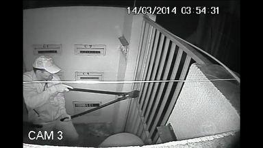 Câmeras de segurança flagram assalto em condomínio de Goiânia - Os criminosos, que usavam fardas da PM , arrombaram o portão do condomínio e deram chutes para abrir a porta de uma casa. Os donos foram agredidos e amarrados. A Polícia Militar informou que o caso será apurado.
