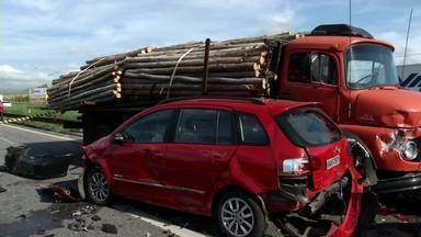 Sete veículos se envolvem em engavetamento no trecho da Dutra em Resende, RJ - Apesar dos veículos ficarem destruídos, apenas uma pessoa se feriu, sem gravidade.