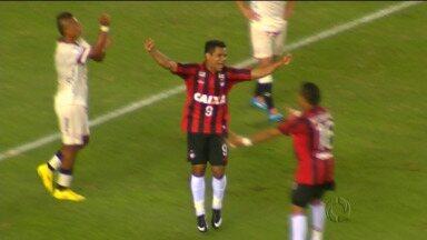 Ederson ganha presente de aniversário em vitória do Atlético - Gol contra de Nestor Duarte faz a alegria do aniversariante da noite em Lima