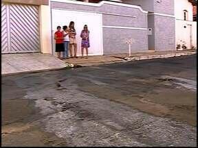 Esgoto a céu aberto incomoda e moradores reclamam em Araxá - Prefeitura informou que notificou a Copasa e aguarda parecer.Copasa afirma que problema não é de responsabilidade do órgão.