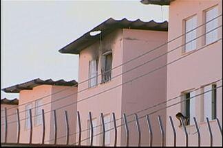 Condomínio que teve apartamento incendiado em Mogi tinha problemas nos extintores - O apartamento pegou fogo na noite desta quinta-feira (13) no bairro do Rodeio. Os equipamentos estavam vencidos ou vazios.