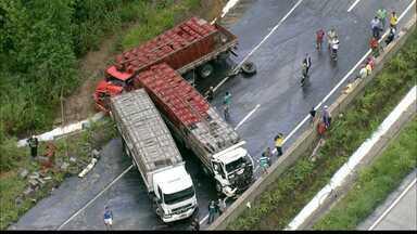 JPB2JP: Acidente com 3 caminhões na BR 101 causa grande congestionamento - Os três motoristas ficaram feridos.