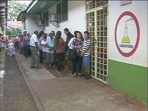 Fila para fazer exames laboratoriais - Às sete horas da manhã mais de 100 pessoas já aguardavam na fila.