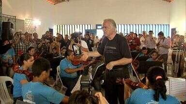 Maestro João Carlos Martins rege crianças carentes de Aquiraz - Músicos têm maestro João Carlos Martins como principal ídolo.