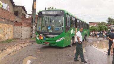 Buraco prejudica circulação de ônibus e passageiros perto do Terminal Joana Bezerra - Um coletivo caiu no buraco e ficou preso, complicando o trânsito no local.