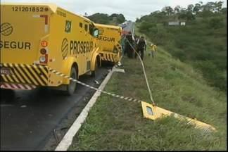 Três pessoas morrem em acidnete entre caminhão e carro forte - Situação ocorreu na manhã desta sexta-feira (14), na BR-101, entre os municípios de Muritiba e Governador Mangabeira.