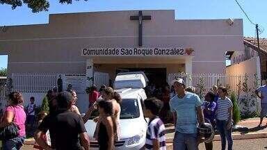 Corpo de criança morta em um acidente em Campo Grande - Foi enterrado nesta sexta-feira (14), o corpo da criança de 7 anos, morta em um acidente nessa quinta-feira (13). Ele estava na garupa da motocicleta que a mãe dele pilotava e foi atingida por uma outra motocicleta, guiada por um adolescente.