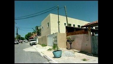 Cinco pessoas são encontradas mortas dentro de casa em Rio das Ostras (RJ) - A polícia ainda não sabe o que motivou o crime num condomínio de classe média, mas trabalha com a hipótese de execução.