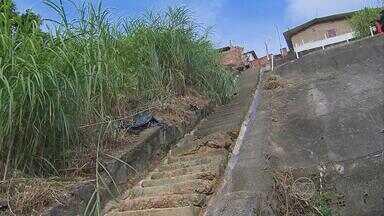 Escadaria na Zona Norte do Recife está cedendo - Estrutura é acesso importante até para uma escola.