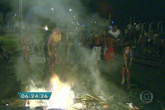Manifestantes tentam incendiar ônibus durante protesto em Ribeirão Preto - Eles bloquearam uma das avenidas da cidade para protestar contra a falta de água. Moradores alegam que o desabastecimento já dura uma semana.