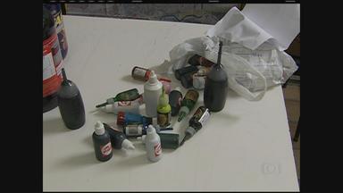 Vigilância Sanitária faz uma apreensão de suplementos nocivos à saúde em Caruaru - Foram recolhidos, em lojas especializadas, suplementos alimentares e tintas usadas em tatuagens.