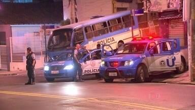 Dois PMs são baleados durante patrulhamento no Complexo do Alemão - Os policiais militares foram baleados enquanto patrulhavam a rua Joaquim de Queiroz, na madrugada desta quainta (20). Segundo a PM, criminosos que estavam na localidade conhecida como Areal atiraram contra os agentes da UPP.