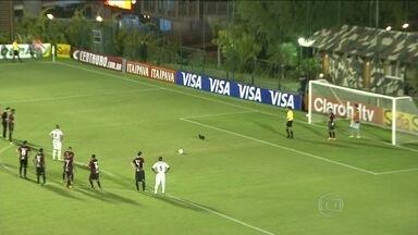 Na Copa do Brasil, coelho invade campo na hora de cobrança de pênalti no Paraná - Em Goiás, carrinho da maca quebra e precisa ser empurrado.