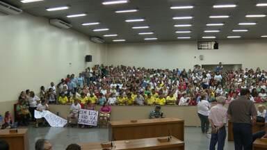 Servidores Municipais de Maringá participam de assembleia para decidir se entram em greve - Eles querem reajuste de 10% nos salários