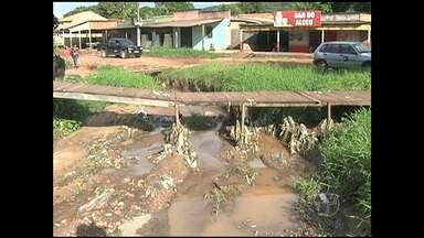Rua vira vala e ameaça casas na Nova República - Com chuvas, pessoas ficam impedidas de sair de casa.