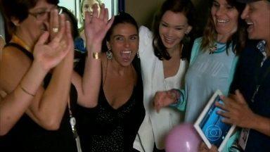 Vìdeo Show invade festinha de aniversário de Julia Lemmertz e Giovanna Antonelli - Atrizes ganham parabéns nos bastidores da novela Em Família