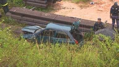 Carro cai da Ponte Rio Negro e deixa um morto e dois feridos, em Manaus - Ex-vereador de Iranduba estava no veículo com família; esposa morreu.Pista estava molhada e há suspeitas de que pneus estivessem 'carecas'.