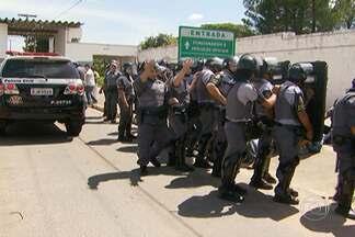 Transferência de presos tem momentos de tensão - A Secretaria da Segurança Pública determinou o uso da força para que os agentes penitenciários não impeçam a chegada dos comboios. Profissionais estão em greve há 11 dias. Na capital e no interior, a polícia retirou os grevistas que faziam barreiras.