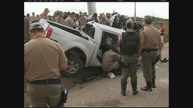 Acidente deixa um policial morto e outro ferido na BR-232, em Bezerros - Segundo a PRF, após capotar, caminhonete bateu em um poste. Um militar morreu no local e o outro foi socorrido em estado grave.