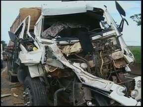 Motorista fica ferido em batida entre caminhões na Raposo Tavares - Um homem sobreviveu de um acidente grave entre dois caminhões na tarde desta quinta-feira (20) na Rodovia Raposo Tavares, entre Salto Grande e Ibirarema.