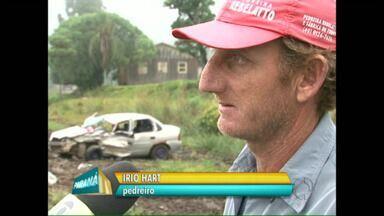 Pedreiro ajuda a salvar bebê e motorista que estavam em carro tombado - Ele e os amigos precisaram desvirar o carro para retirar as vítimas