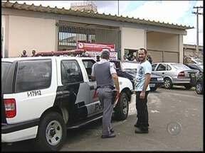 Transferência de presos deixa clima tenso com greve no CDP de Rio Preto - Agentes penitenciários em greve passaram o dia impedindo a transferência de presos nas unidades da região noroeste paulista, como no CDP de São José do Rio Preto (SP). A quinta-feira (20) foi marcada por muita tensão.