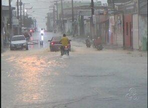 Ruas de Manacapuru ficaram alagadas durante chuva, no AM - Moradores relatam prejuízos; cerca de 20 casas ficaram alagadas no município.