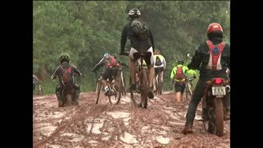 Ciclistas se aventuram nas estradas rurais, em Paranavaí - Basta uma chuva para um grupo de amigos encarar a lama de bike.