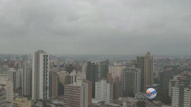 Frente fria faz com que as temperaturas fiquem baixas no final de semana - A tarde deste sábado (22) deve ter mais chuvas nas regiões de Campinas (SP) e Piracicaba (SP) e o domingo (23) deve amanhecer com as temperaturas bem mais baixas.