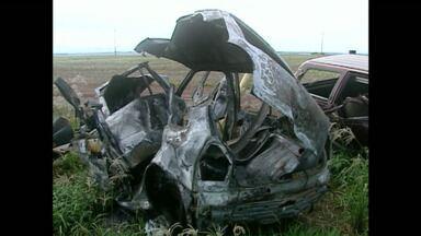 Cinco pessoas morrem em acidente na BR 272, em Campo Mourão - Veículos pegaram fogo com a força da batida
