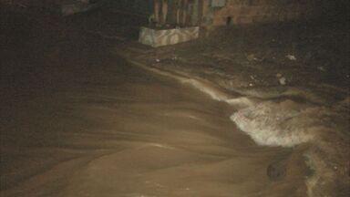 Chuva faz córrego transbordar e casas são inundadas em Porto Ferreira, SP - Chuva faz córrego transbordar e casas são inundadas em Porto Ferreira, SP