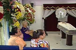Parentes, amigos e fãs se despedem do humorista Canarinho em Mogi - Aloísio Ferreira Gomes, de 86 anos, faleceu nesta sexta-feira (22), vítima de um infarto. Morador de Mogi das Cruzes, ator ficou conhecido na Praça é Nossa.