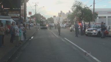 Manifestantes fecham avenidas de Campinas em 'Marcha antifascista' - Um grupo de aproximadamente 40 pessoas ocupou as três faixas da Avenida Francisco Glicério, no Centro de Campinas, em uma marcha contra o fascismo, na tarde deste sábado (22). Os manifestantes seguiram até a Câmara dos Vereadores.