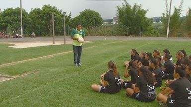 Atletas de Valinhos, SP, passam por treino para atuar como gandulas na Copa do Mundo - Atletas do time de Futebol Feminino de Valinhos participam do treinamento de gandulas para Copa do Mundo 2014. As meninas, com idades entre 14 e 16 anos, são atletas profissionais da cidade.
