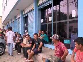 Piauienses formam enormes filas no Sine em busca de emprego - Piauienses formam enormes filas no Sine em busca de emprego