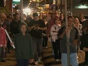 Fiéis saem às ruas para celebrar a Quaresma - Dezenas de fiéis católicos saíram às ruas ontem à noite em Via Sacra para celebrar a Quaresma e relembrar um pouco da história de Jesus.