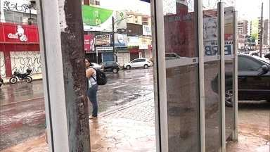 Passageiros reclamam das péssimas condições das paradas de ônibus de Taguatinga - Os passageiros dizem que as paradas de ônibus não protegem da chuva. Pedaços de ferro expostos no chão representam um perigo para as pessoas. E ainda faltam bancos. Fotos denunciam o descaso.