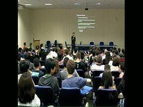 Feras na matemática ganham oportunidade de aprender na universidade - O primeiro encontro dos alunos selecionados para a edição 2014 na Olimpíada Brasileira de Matemática foi hoje na Universidade Estadual de Londrina.
