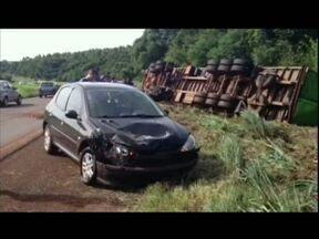Caminhão tomba após acidente - A batida aconteceu na BR-467, ninguém ficou ferido.