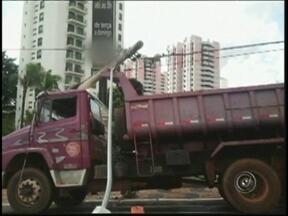 Caminhão bate em poste e fica preso entre fios em São José do Rio Preto - Um acidente envolvendo um caminhão complicou o trânsito neste sábado (22), em São José do Rio Preto (SP), na marginal da Rodovia Washington Luiz.
